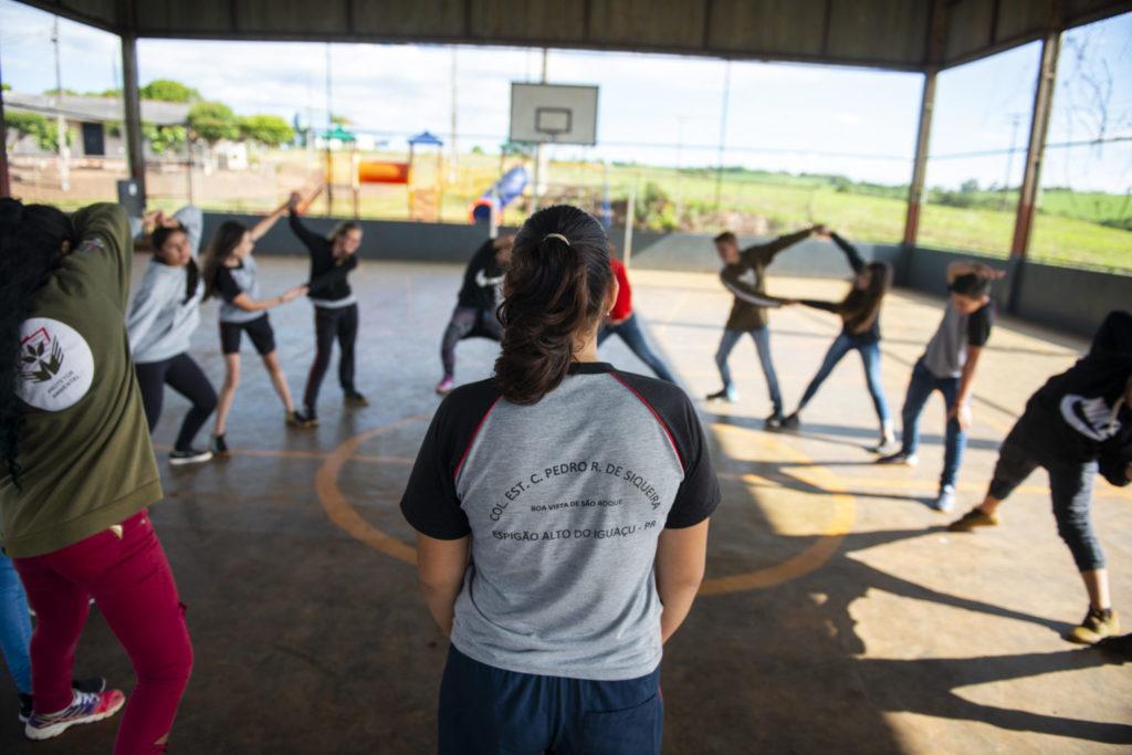 Alunos do Colégio Estadual do Campo Pedro Rufino de Siqueira fazem aula de Educação Física na quadra ao lado da plantação de soja. Moradores do distrito de Boa Vista, no município de Espigão Alto do Iguaçú, no interior do Paraná, foram contaminados por agrotóxico pulverizado em uma plantação que fica no llimite urbano da localidade.