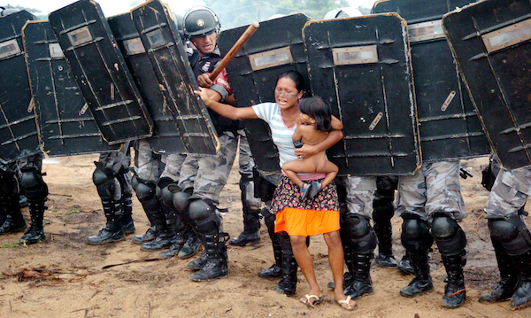 MANAUS-AM; 11/03/2008: CIDADES - INVASÃO LAGOA AZUL. 150 HOMENS DA POLÍCIA MILITAR, FORTEMENTE EQUIPADOS, RETIRARAM, APROXIMADAMENTE, 200 INDÍGENAS DE UMA ÁREA PARTICULAR NO KM 11 DA AM-010 (MANAUS- ITACOATIARA). FOI UMA AÇÃO ARMADA COM BOMBAS, CACETETES, FUZIS E ESCUDOS. AO FINAL DO CONFRONTO, O SALDO: 12 PESSOAS DETIDAS, BARRACOS NO CHÃO, SONHOS DESTRUÍDOS, UM PRINCÍPIO DE ABORTO, DESESPERO E MUITO CHORO. A DESOCUPAÇÃO FOI DESENCADEADA POR AGENTES DA RONDA OSTENSIVA CÂNDIDO MARIANO (ROCAM), CAVALARIA, CHOQUE, COMPANHIA DE OPERAÇÕES ESPECIAIS (COE) E CANIL E ACOMPANHADA POR REPRESENTANTES DO ENGENHEIRO CIVIL MITISHU INOUE, APONTADO COMO PROPRIETÁRIO DO TERRENO. FOTO: LUIZ VASCONCELOS/ACRÍTICA