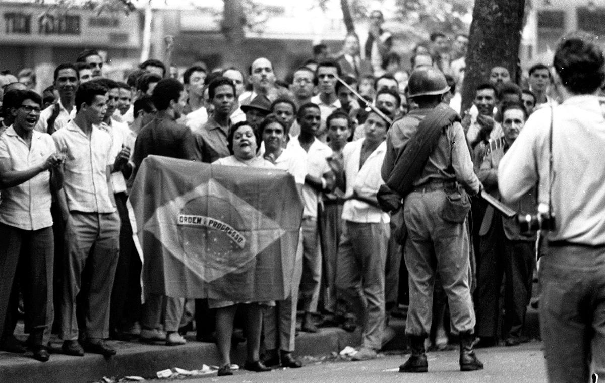 Manifestação contra o golpe na Cinelândia, centro do Rio de Janeiro, é reprimida pelo Exército em 1º abril de 1964